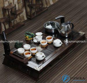 Người phương Đông, đặc biệt là người Trung Quốc rất chú ý đến phong thủ. Nó thể hiện ngay ở trên chiếc bàn trà mà họ dùng mỗi ngày