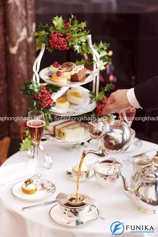 Thưởng trà cùng bánh ngọt là cách mà người Anh thường làm