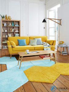 Bàn trà gỗ và sofa giường với gam màu sắc tương đồng, phong cách hài hòa