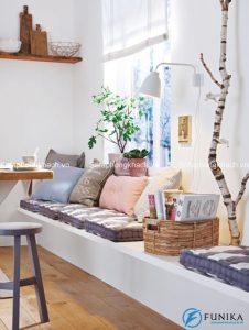 Ghế nghỉ đặt ở cửa sổ sẽ là một không gian vô cùng lãng mạn, nếu bạn biết cách trang trí