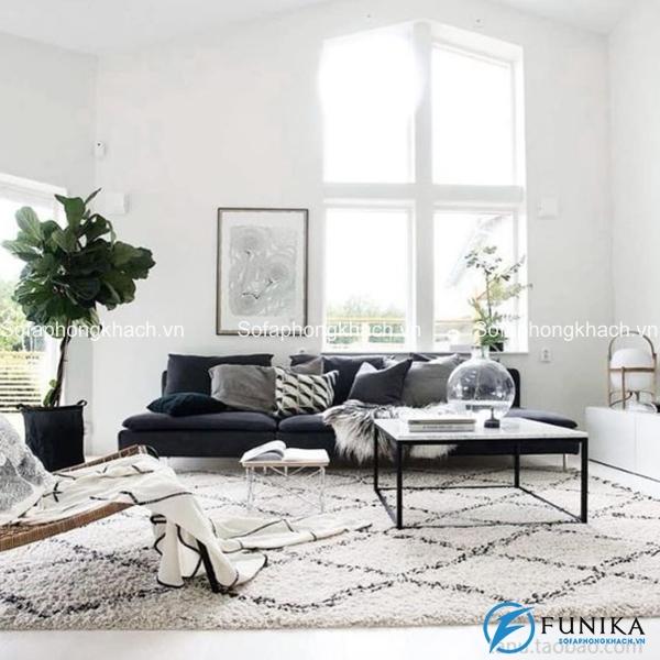 Một chiếc sofa màu đen cực phẩm chính là điểm nhấn của căn phòng